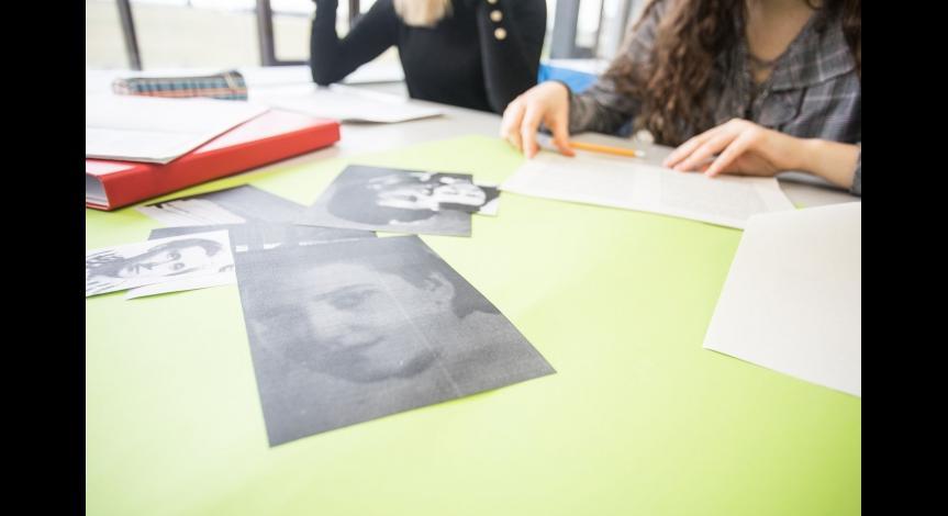 Powiększ obraz: Trudna historia łączy młodych
