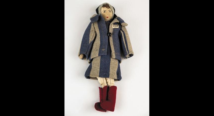 Powiększ obraz: Lalka ubrana w strój charakterystyczny dla więźniarek obozu koncentracyjnego