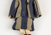 Pokaż powiększenie powyżej: Lalka ubrana w strój charakterystyczny dla więźniarek obozu koncentracyjnego