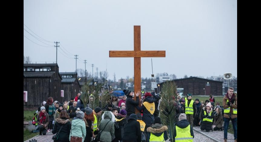 Powiększ obraz: Droga Krzyżowa w miejscu cierpienia