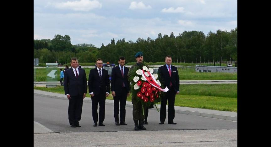 Powiększ obraz: Wicepremier Mateusz Morawiecki z wizytą na Majdanku