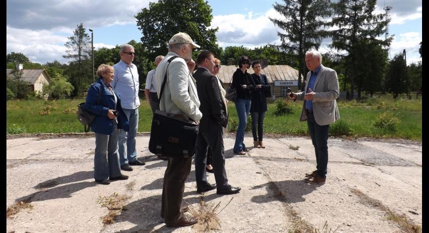 Powiększ obraz: Członkowie Rady Muzeum odwiedzają Sobibór