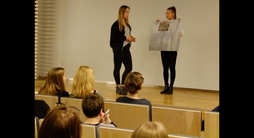 Powiększ obraz: Młodzież bierze udział w zajęciach międzykulturowych w Muzeum na Majdanku