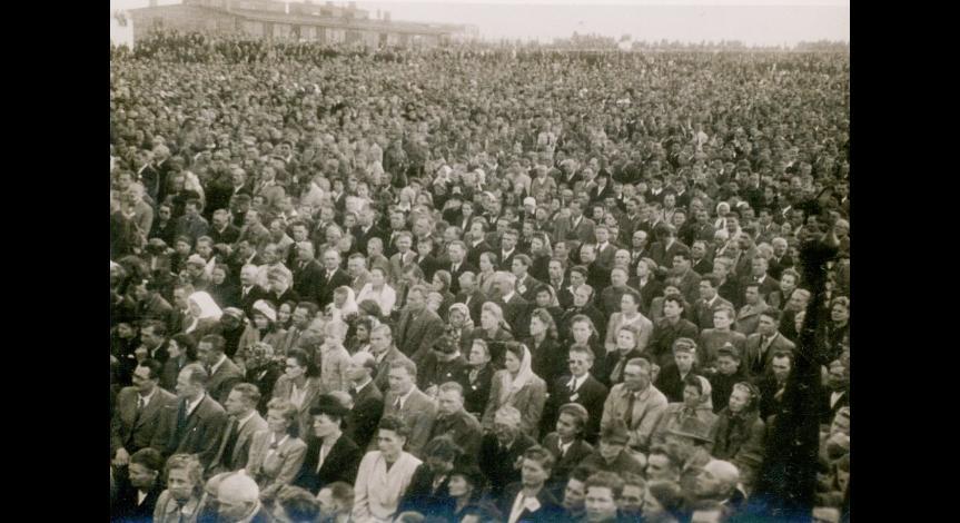 Zoom image: Holy Mass at Majdanek, 1946