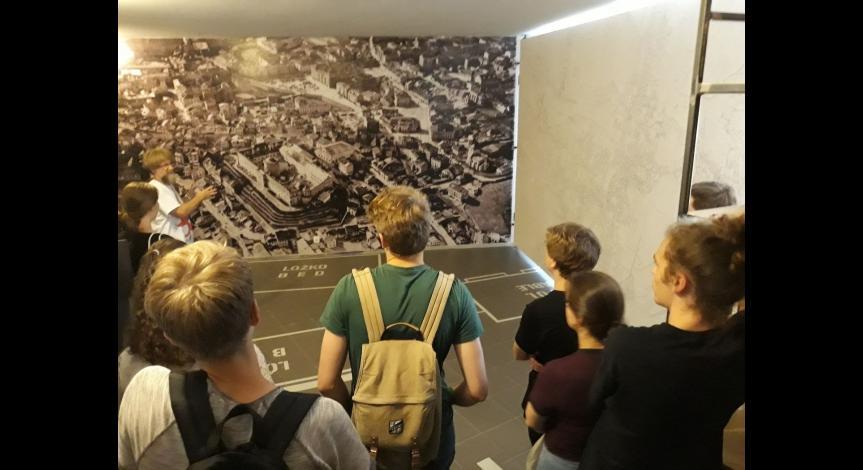 """Powiększ obraz: Wolontariusze z organizacji """"Akcja Znaku Pokuty – Służba dla Pokoju"""" w Państwowym Muzeum na Majdanku"""