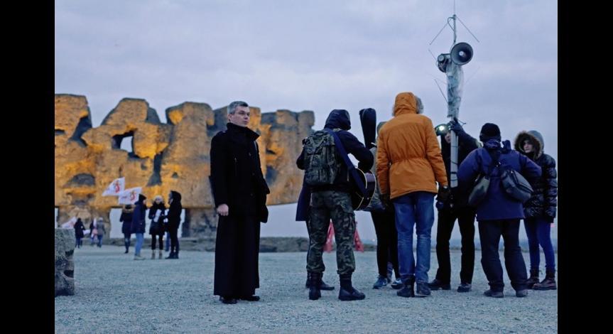 Powiększ obraz: Uczestnicy drogi krzyżowej na Majdanku