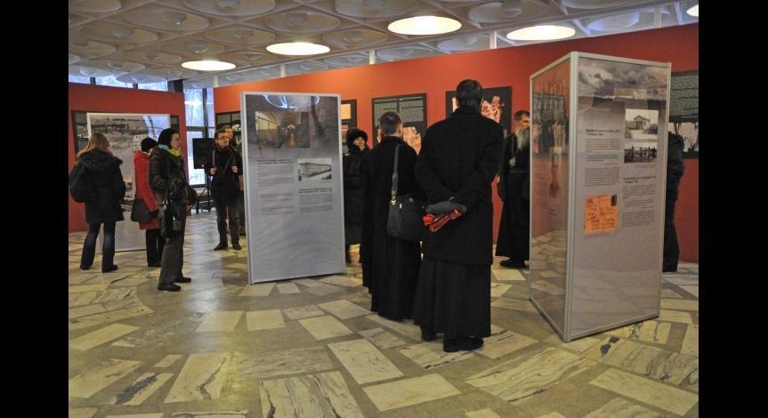 """Powiększ obraz: Otwarcie wystawy """"Błogosławieni z Majdanka – ks. Roman Archutowski i ks. Emilian Kowcz"""""""