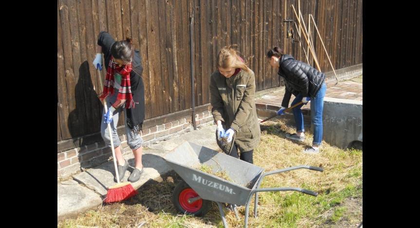 Powiększ obraz: Uczniowie wykonują prace porządkowe na terenie byłego obozu