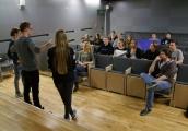 Pokaż powiększenie powyżej: Młodzież bierze udział w zajęciach międzykulturowych w Muzeum na Majdanku