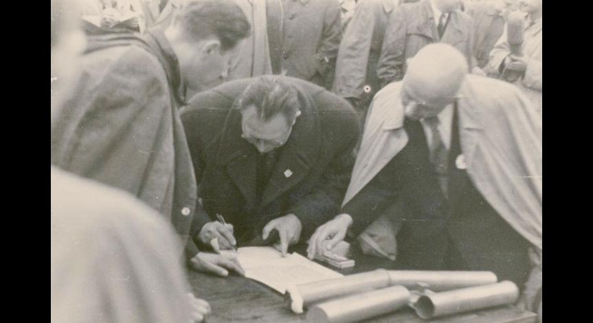 Zoom image: Signing an erection act for the mound with ashes of the Majdanek victims, 1947