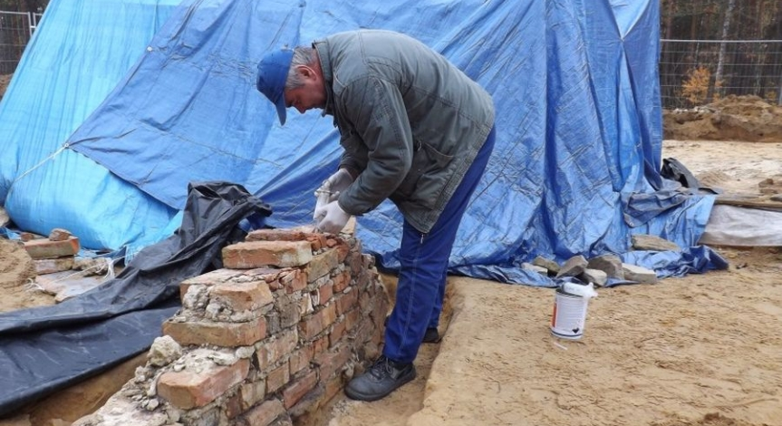 Powiększ obraz: Konserwacja ruin komór gazowych w Sobiborze