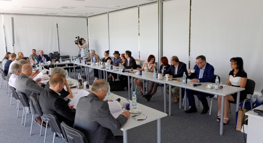 Powiększ obraz: Komisja Mniejszości Narodowych i Etnicznych obradowała na Majdanku