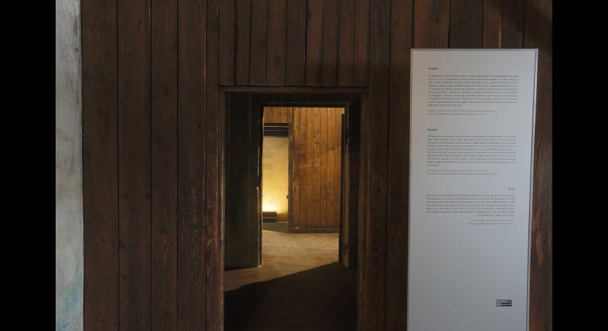 """Plansza """"Narracje świadków"""" w baraku nr 41"""