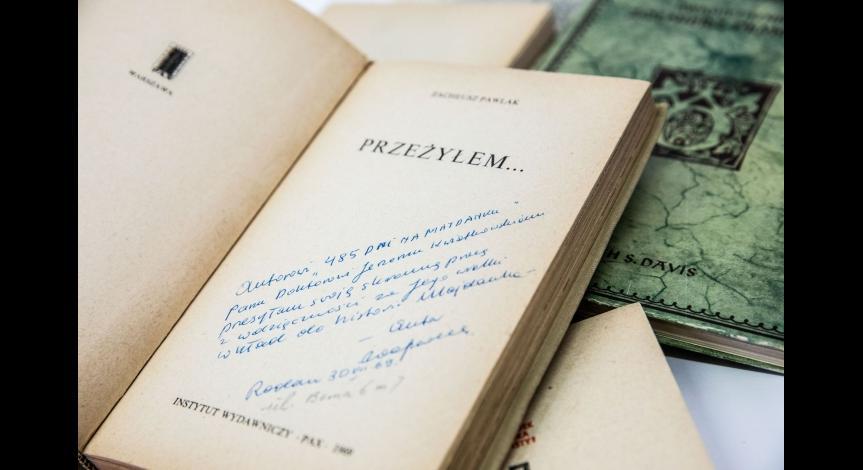 Powiększ obraz: Portret, zdjęcia i książki Jerzego Kwiatkowskiego trafiły do zbiorów Państwowego Muzeum na Majdanku