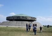 """Pokaż powiększenie powyżej: Wolontariusze z organizacji """"Akcja Znaku Pokuty – Służba dla Pokoju"""" w Państwowym Muzeum na Majdanku"""