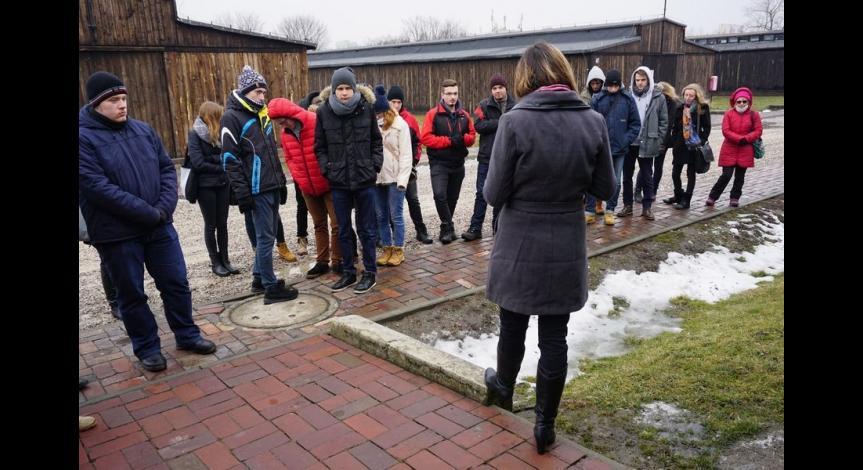 Powiększ obraz: Młodzież szkolna i byli więźniowie Majdanka upamiętniają ofiary Holokaustu