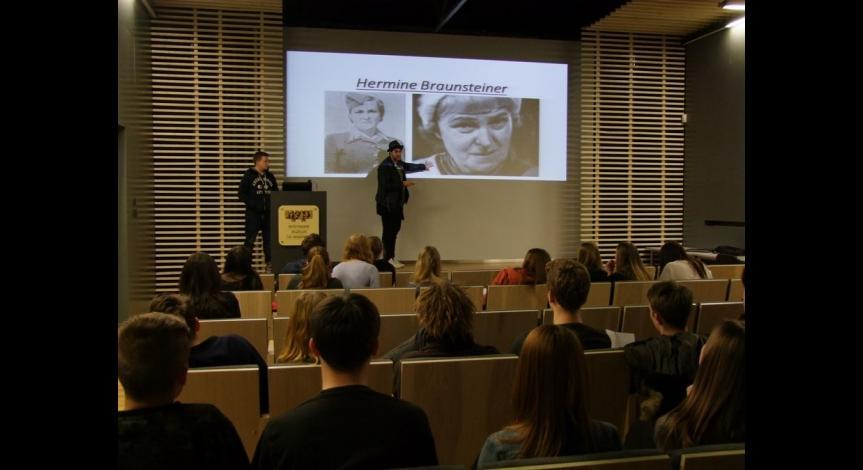 Powiększ obraz: Zajęcia dla młodzieży z Bielefeld w Muzeum na Majdanku