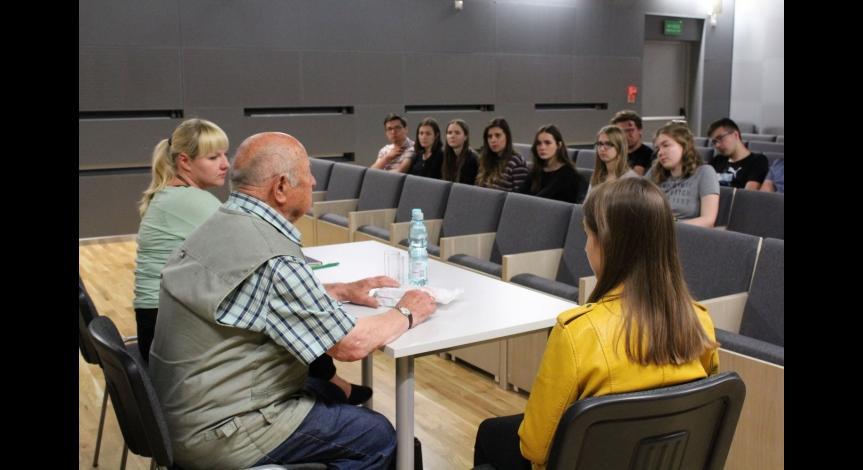 Powiększ obraz: Uczniowie I LO w Muzeum na Majdanku