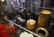 Pokaż powiększenie powyżej: Młodzież szkolna i byli więźniowie Majdanka upamiętniają ofiary Holokaustu