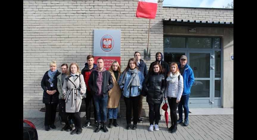 Powiększ obraz: Uczniowie I LO im. Stanisława Staszica w Państwowym Muzeum na Majdanku