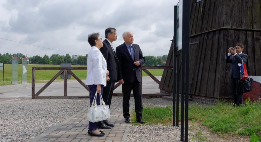 Powiększ obraz: Ambasador Japonii z wizytą na Majdanku