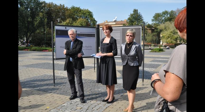"Zoom image: Vernissage of the exhibition ""Majdanek in Leszek Mądzik's photography,"" pictured from left to right: Leszek Mądzik, Danuta Olesiuk, Beata Siwek-Ciupak"