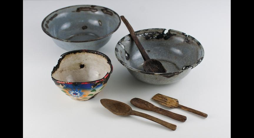 Powiększ obraz: Naczynia i sztućce używane przez więźniów podczas pobytu w obozie