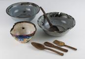 Pokaż powiększenie powyżej: Naczynia i sztućce używane przez więźniów podczas pobytu w obozie
