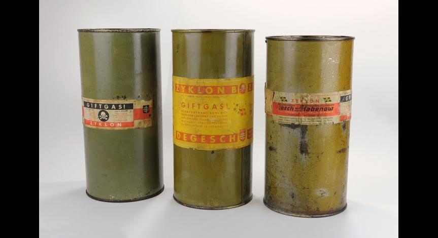 Puszki po Cyklonie B używanym do mordowania w komorach gazowych