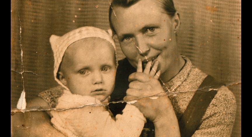 Powiększ obraz: Aniela Kryń (na zdjęciu z synem Januszem)