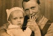 Pokaż powiększenie powyżej: Aniela Kryń (na zdjęciu z synem Januszem)