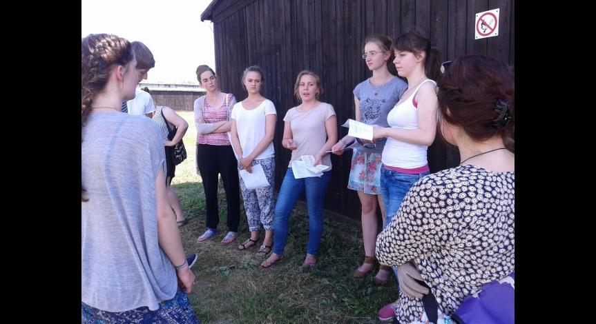 Powiększ obraz: Wolontariusze Stowarzyszenia Akcja Znak Pokuty poznają historię Majdanka