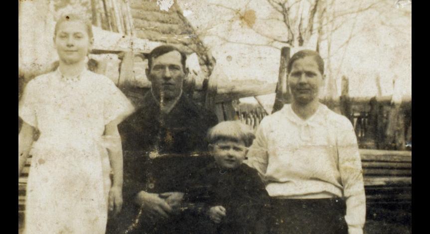 Powiększ obraz: Rodzina Buczków przed pacyfikacją