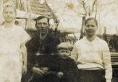 Pokaż powiększenie powyżej: Rodzina Buczków przed pacyfikacją