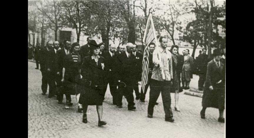 Powiększ obraz: Byli więźniowie Majdanka w drodze na uroczystości, 1946
