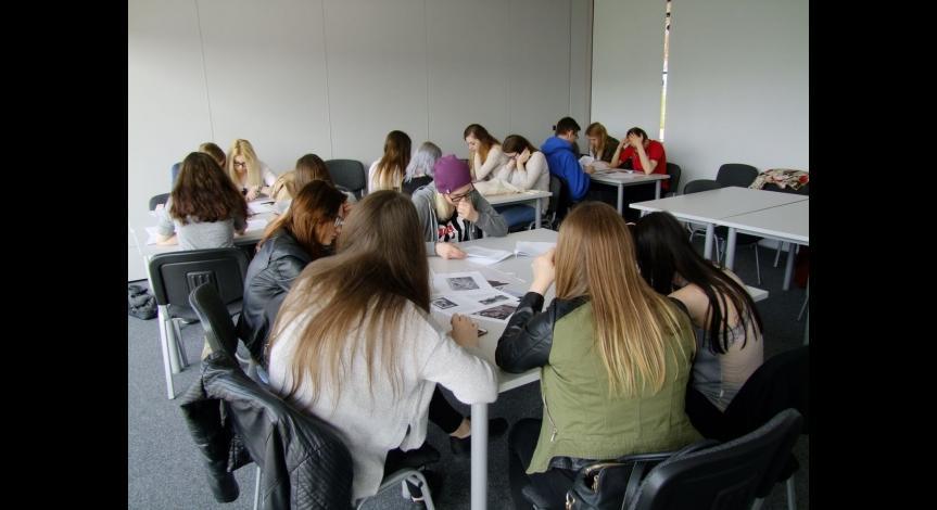 Powiększ obraz: Młodzież uczestniczy w projekcie edukacyjnym
