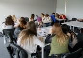 Pokaż powiększenie powyżej: Młodzież uczestniczy w projekcie edukacyjnym
