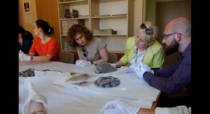 Powiększ obraz: Prezentacja muzealiów ze zbiorów Muzeum na Majdanku