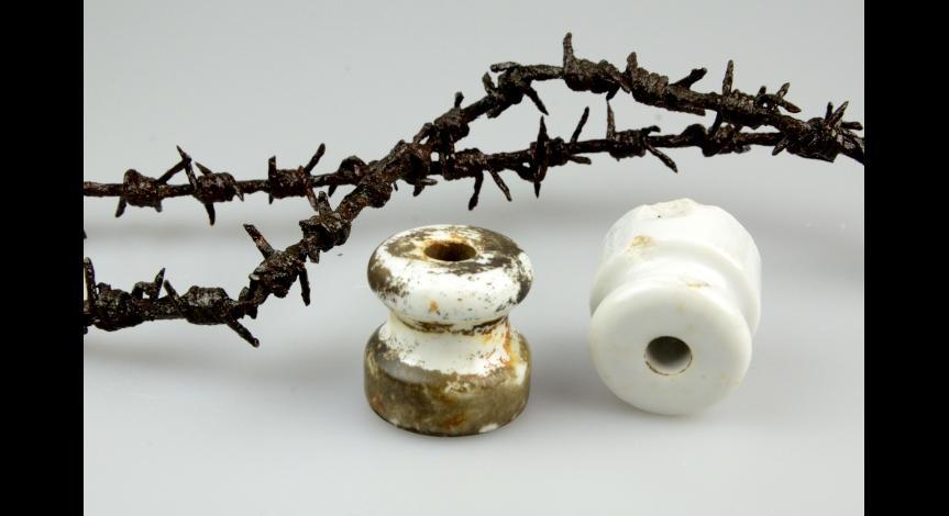 Powiększ obraz: Fragmenty drutu ogrodzenia, izolatory elektryczne