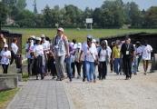 Pokaż powiększenie powyżej: Pielgrzymi z całego świata odwiedzają Miejsce Pamięci i zapoznają się z wystawami muzealnymi