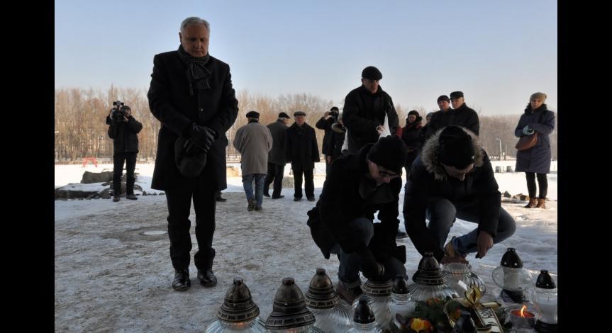 Powiększ obraz: Uczestnicy oddają hołd ofiarom KL Lublin w ramach Międzynarodowego Dnia Pamięci o Ofiarach Holokaustu