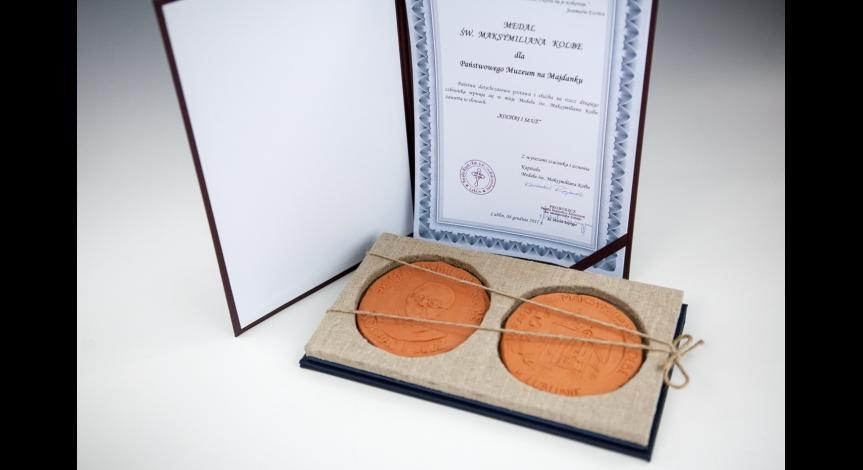 Powiększ obraz: Medal św. Maksymiliana Kolbe dla Państwowego Muzeum na Majdanku