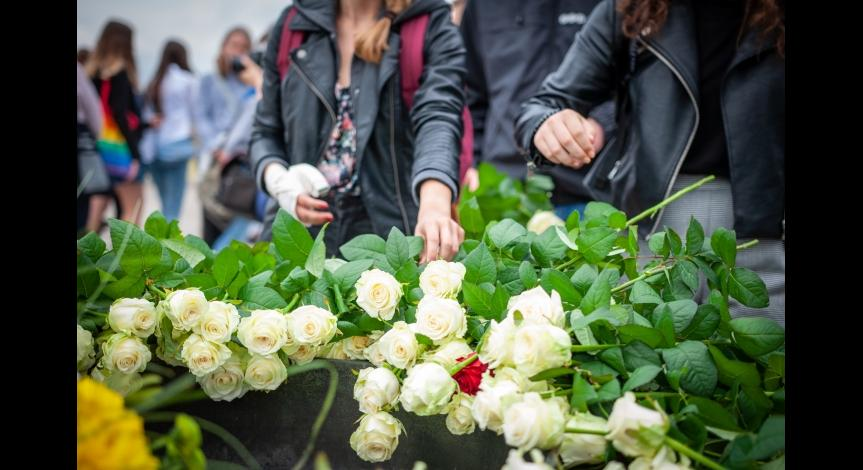 Powiększ obraz: Złożenie kwiatów pod Pomnikiem-Bramą, 14 czerwca 2018
