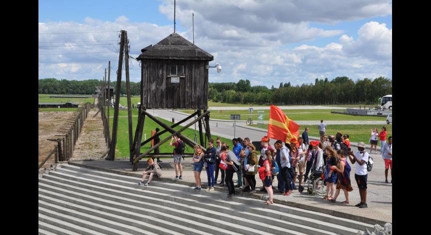 Powiększ obraz: Pielgrzymi z całego świata odwiedzają Miejsce Pamięci i zapoznają się z wystawami muzealnymi