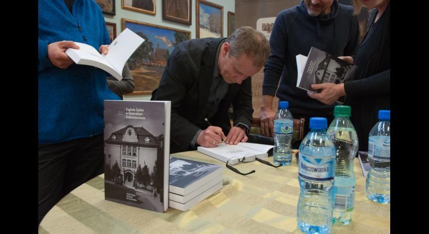 Powiększ obraz: Finisaż wystawy i promocja najnowszej książki poświęconej zagładzie Żydów