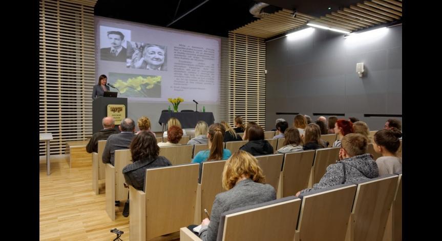 Powiększ obraz: Uczestnicy spotkania zapoznają się z ideą Dnia Pamięci o Holokauście