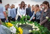 Pokaż powiększenie powyżej: Złożenie kwiatów pod Pomnikiem-Bramą, 14 czerwca 2018