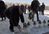 Pokaż powiększenie powyżej: Uczestnicy Międzynarodowego Dnia Pamięci o Ofiarach Holokaustu zapalają znicze przy Pomniku-Bramie