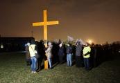 Pokaż powiększenie powyżej: Uczestnicy drogi krzyżowej na Majdanku