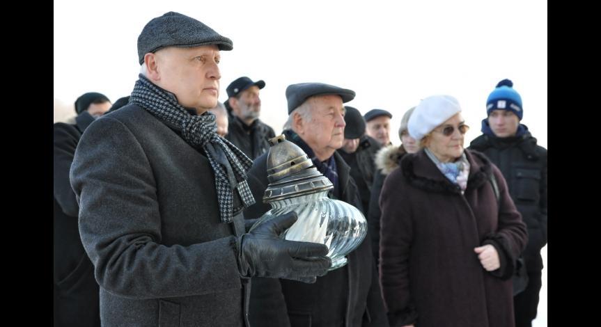 Powiększ obraz: Uczestnicy Międzynarodowego Dnia Pamięci o Ofiarach Holokaustu przy Pomniku-Bramie